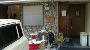 左側の石のツブツブのオシャレな外壁がBABA鍼灸さんです。